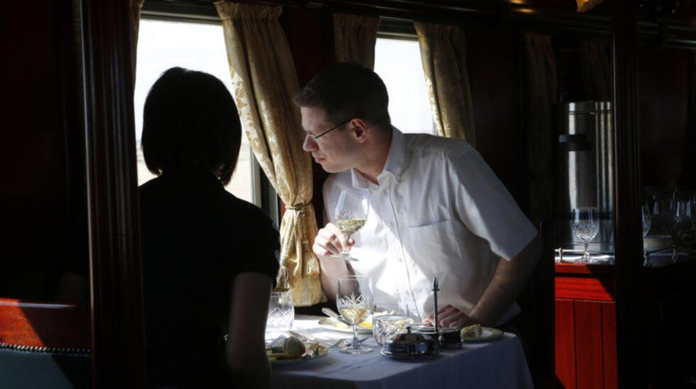 Under det välvda taket intas de kulinariska trerättersmiddagarna på bord med linneduk.