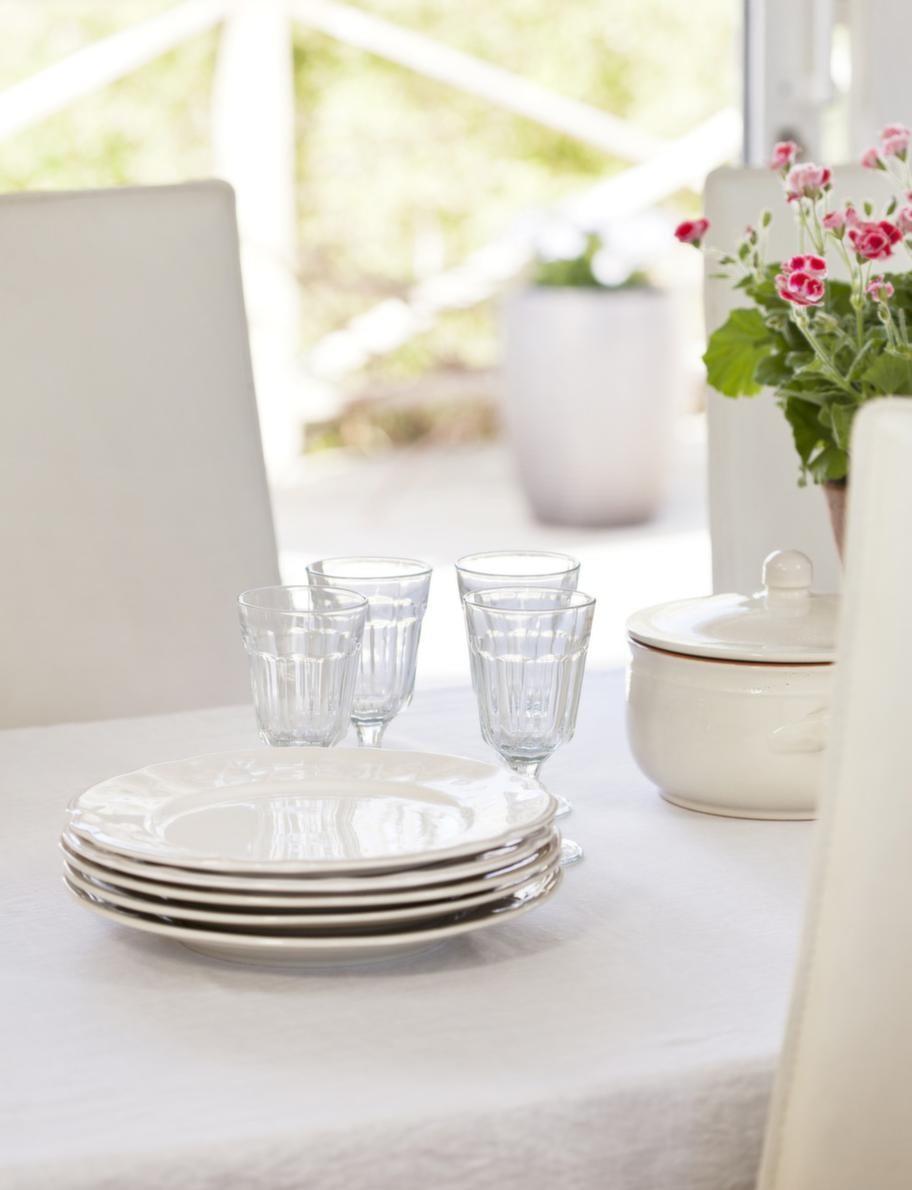 Matbordet.Matbordet vetter mot terrassen och när man äter känns det nästan som att sitta utomhus. Linneduken från Himla, tallrikar från Rusta och grytan från Eva Braun.