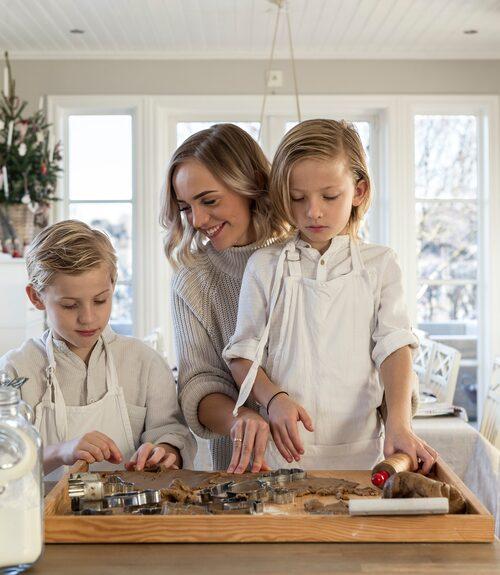 Att baka pepparkakor är ett måste varje jul. Familjen gör både pepparkakshus och småkakor, alla ska dessutom glaseras.