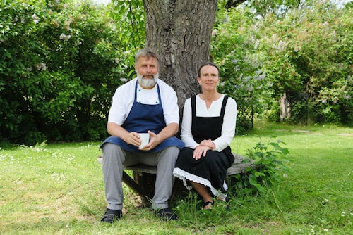 Krögarparet Stefan och Mia Johanssons på Forshems Gästgivaregård lockar med säsongsbetonade avsmakningsmenyer, men även musikkvällar i trädgården.