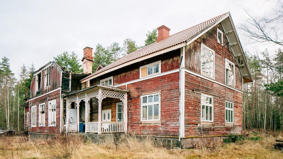 Allt fler blir sugna på att köpa ett fallfärdigt hus som stått öde – och renovera det till sitt drömhem. Men innan du tar tag i det projektet är det en del att tänka på.