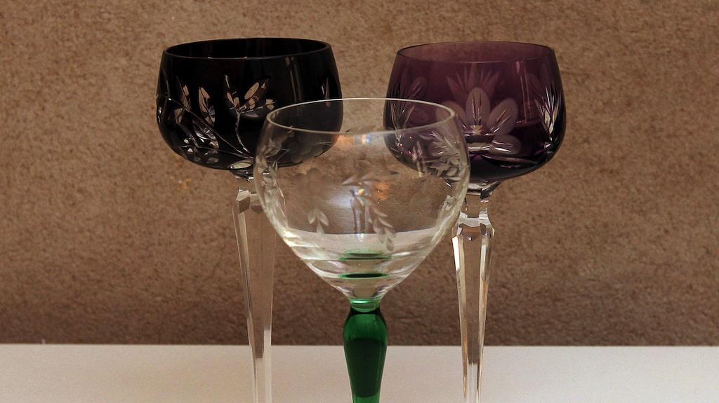 """""""Var inte rädd för att blanda glas och porslin, de behöver inte matcha för att det ska bli vackert. Glasen är både arvegods från mormor och köpta i antikaffärer."""""""