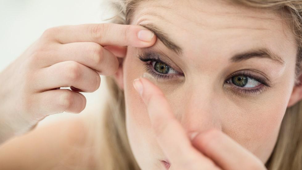 Det är mycket att tänka på för den som använder kontaktlinser. Det gäller att hålla koll på bäst före-datum och att ta ut linserna innan läggdags.