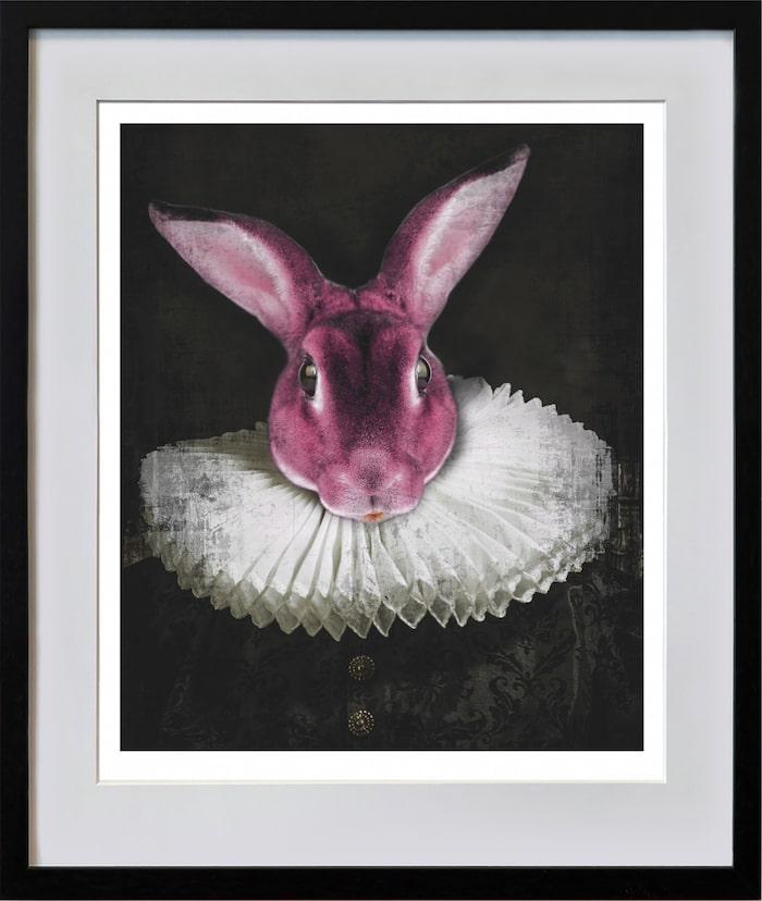 """""""Early Hefner, pink"""" heter haren med pipkrage, modernt på 1500-talet. Det oväntade djurporträtter bär drag av den tidens strama porträtt av överklassen men den mest kände Hefner är Hugh Hefner, grundare av Playboy Magazine. Hos Lars Tunebo kan allt hända!"""