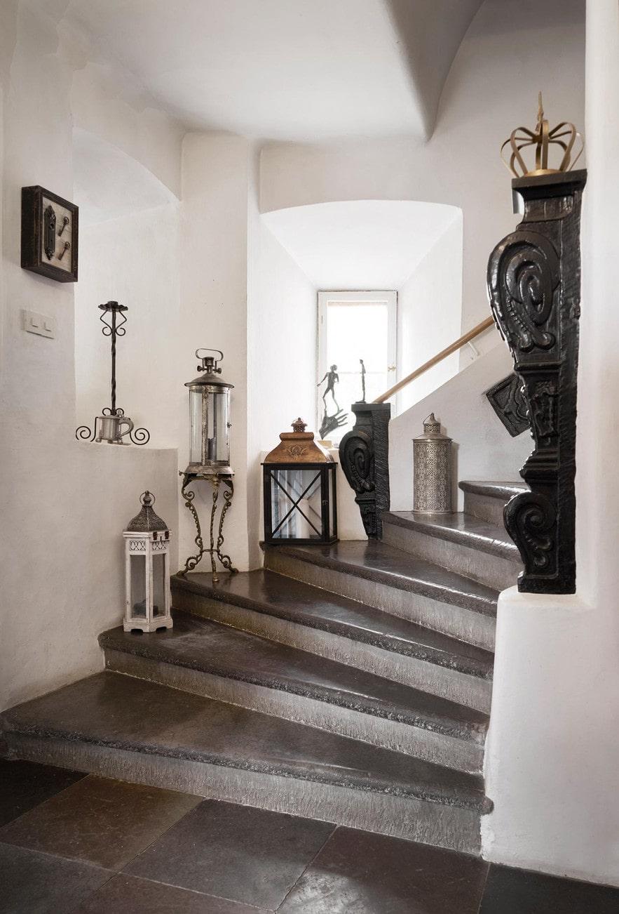En vacker stentrappa till en av de tre våningarna och 27 rummen. Kanske rör sig den gamla slottsherren Falk Lykke här emellanåt, han sägs finnas kvar som spöke....