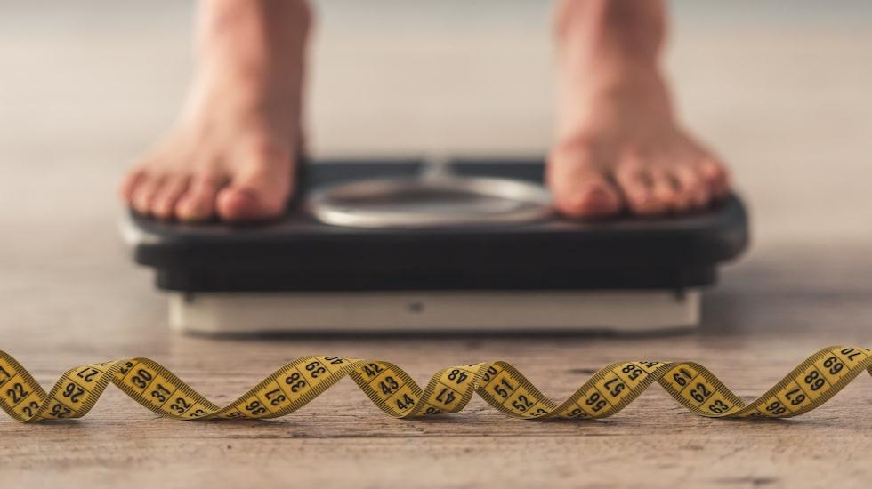 """""""Dietkulturen gör att vi jagar kalorier och fixerar oss vid när vi får lov att äta. Det gör att vi blir allt sämre på att lyssna på våra kroppars signaler"""", säger äringsfysiologen Laura Thomas"""