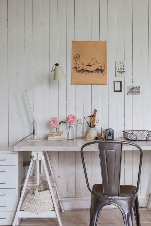 Det tre meter långa arbetsbordet på övervåningen är gjort av en vanlig bordsskiva, köpt på det lokala byggvaruhuset, och bockar från Ikea.
