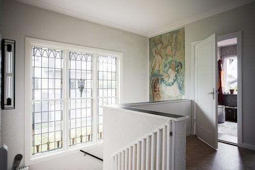 Väggmålningen ovanför trappan är original och målad 1939.