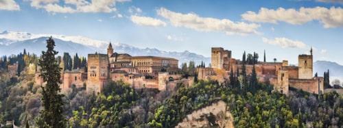 Alhambra ligger på en bergstopp en bit nordöst om centrala Granada.