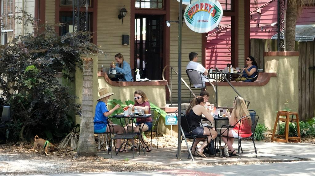 Magazine Street har många små avslappnade krogar och kaféer att vila benen på.