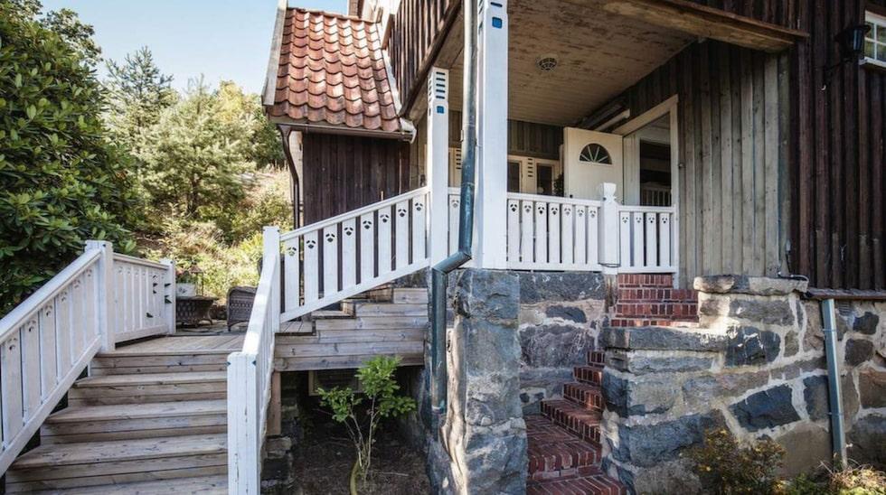 """Nu är huset, som i trakten kallas """"pepparkakshuset"""", till salu för 6,8 miljoner kronor."""