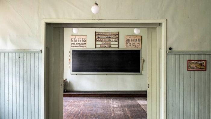 Svarta tavlan, alfabetstavlan och de gamla skolaffischerna är bevarade.