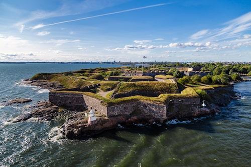 Sjöfästningen Sveaborg ligger vid inloppet till Helsingfors.
