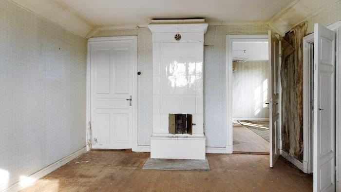 Det är tydligt att huset en gång varit fint, men behovet av renovering är stort.
