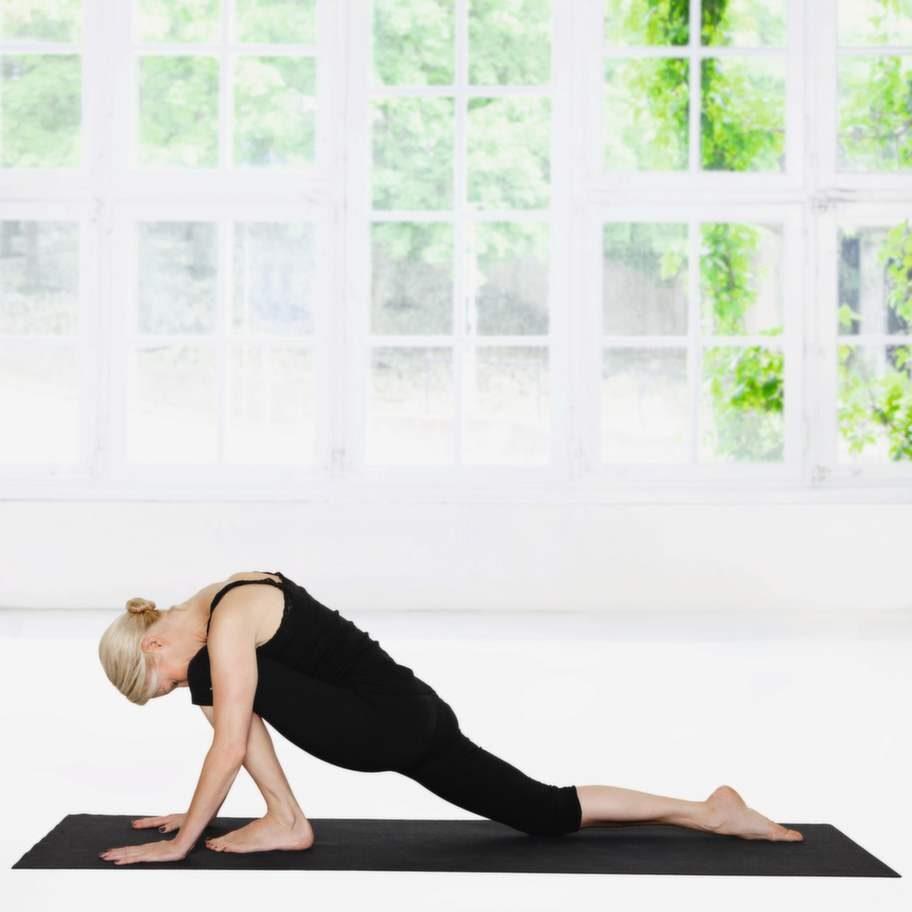 """2 DrakenKliv sakta fram med vänster fot och sänk försiktigt höften tills du känner en kontakt med höftböjaren på framsidan av vänster höft. Gå inte fullt ut, utan stanna där du får kontakt. Håll positionen, andas och försök att bli """"tung"""" och avslappnad. Kliv varsamt tillbaka till alla fyra. Gör om rörelsen på andra sidan."""