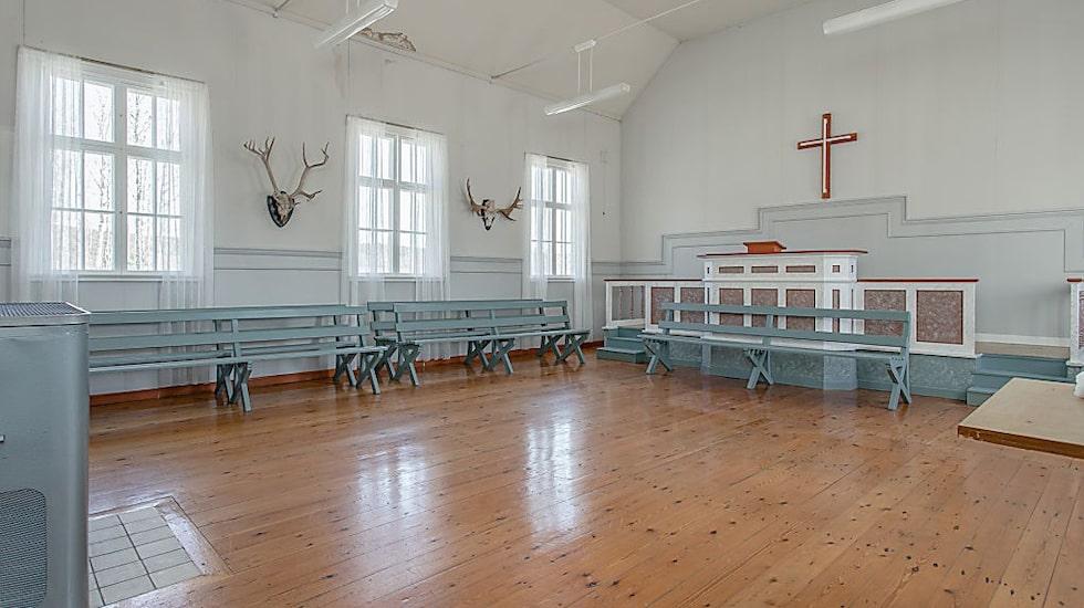 Bönerummet med altaret är bevarat från tidigt 1900-tal.