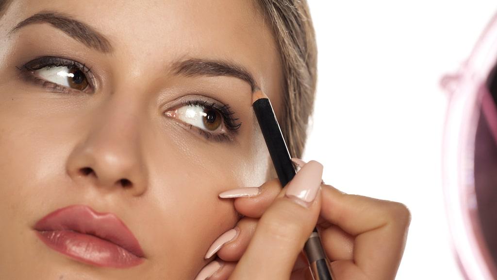För att hitta formen som passar ditt ansikte bäst kan du använda dig av en penna eller något annat som är rakt.