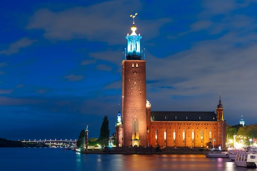 Kronorna som pryder Stadshusets 106 meter höga torn har en diameter på 2,2 meter. Stockholms stadshus invigdes 1923 och ligger på den tomt där Eldkvarn var belägen innan branden 1878.