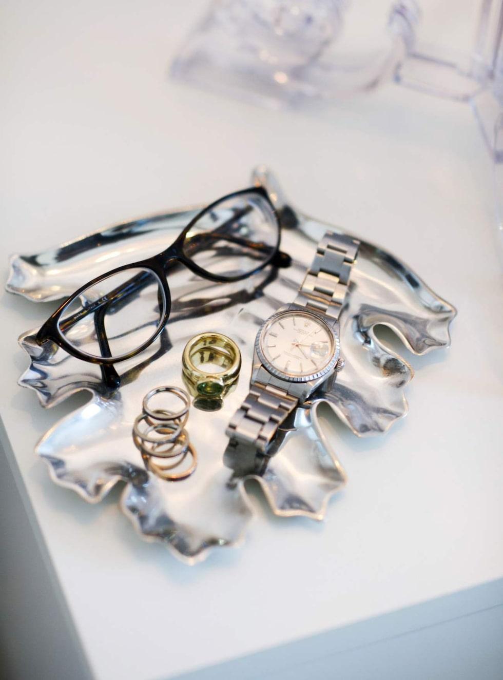 Silverfat från Svenskt tenn och ringar som Catrine designat till sig själv.