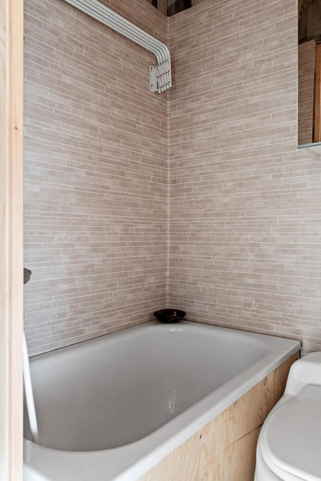 I badrummet ryms både tvättmaskin och badkar.