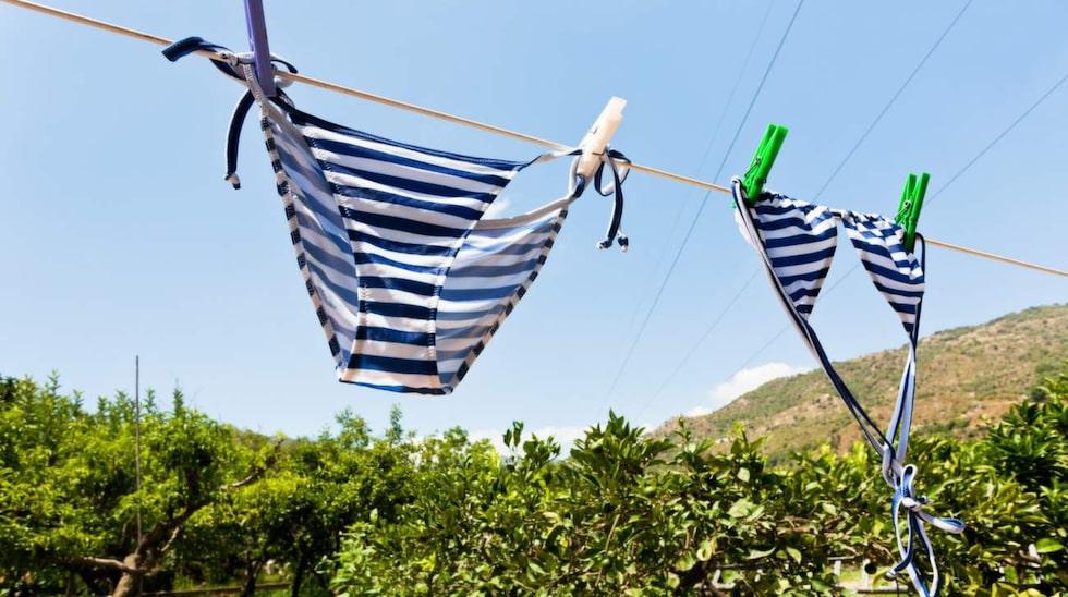 Bad och sol sliter på badkläderna. De bleks och tappar formen – men det går att undvika.