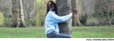 Dendrofilen Amanda, 21, onanerar till träd- planscher och sparar för att kunna köpa ett hus i skogen. Hon är förälskad i ett stort träd, kallat Träd, och är övertygad om att känslorna är besvarade. Läkarstudenten och trebarnsmamman Stina, 40, använder sig av webb- kamera för att se på när främmande män onanerar. Elektrikern Erik, 46, heterosexuell transvestit och fetischist, tänder på damstövlar. Sitt allra första par beställde han från Ellos. I dag har han 50-60 i samlingen, och lever ut sin kvinnliga sida som Natalie. Läs utdrag ur deras berättelser i boken Pervers? Om sex utöver det vanliga av Expressens  medicinreporter Anna Bäsén och forskaren Niklas  Långström här.