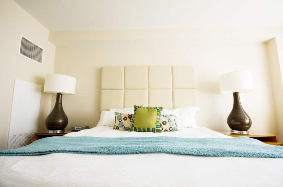 Använd ett överkast – men lägg det gärna i fotändan i stället för över hela sängen.