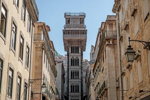 Den eleganta hissen ritades av Raul Mesnier de Ponsard, en lärling till Gustave Eiffel.