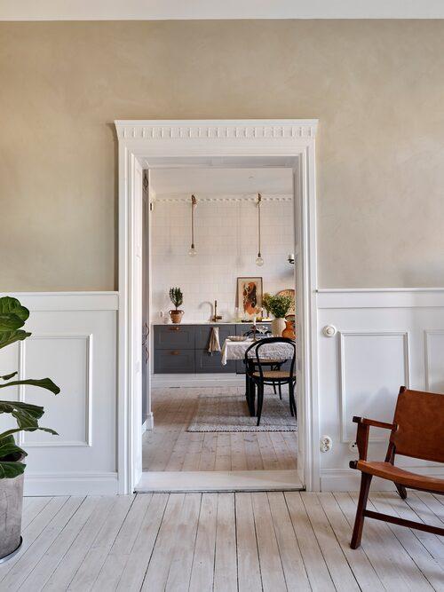 Hannes lägenhet är smakfullt renoverad. Sekelsskiftesprakten är återställd med paneler, stuckaturer och dörröverstycken. Golvet är ett originalplankgolv som slipats och behandlat