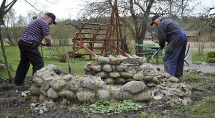 GRUND. De speciella förutsättningarna för det här växthuset var att det skulle stå där en gammal murad brunn fanns. Stenarna måste bort och marken jämnas till.