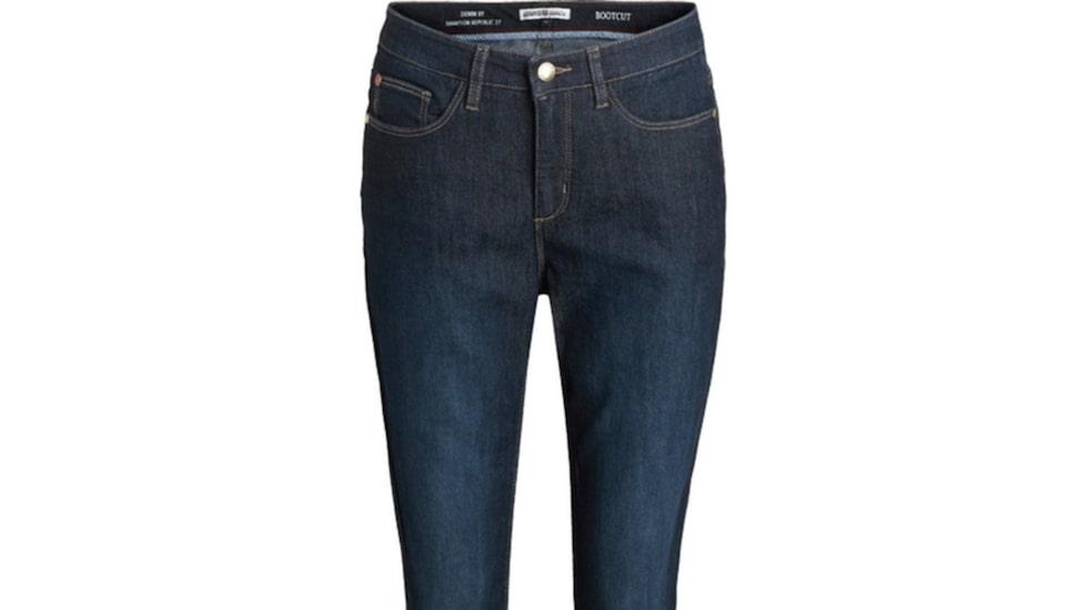 Bootcut, Kappahl 499 krEtt par jeans i mörkblå denim med lätt stretch. En tidlös modell med något utsvängda ben som ger benen en smickrande inramning.