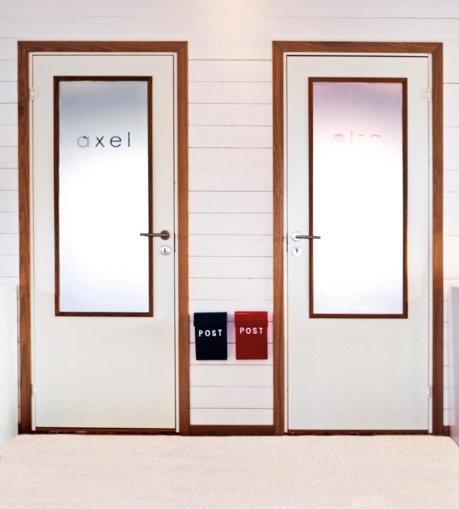 Frostade dörrarSovrumsdörrar med speglar i härdat glas med frostad film ger extra ljusinsläpp till övervåningens allrum. Dörrarna är snickrade av Karl, den frostade filmen är beställd hos Ljuskopia i Alingsås. Brevlådorna är från Bruka design.