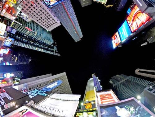 Times Square blinkar och lyser tjugofyra timmar om dygnet.