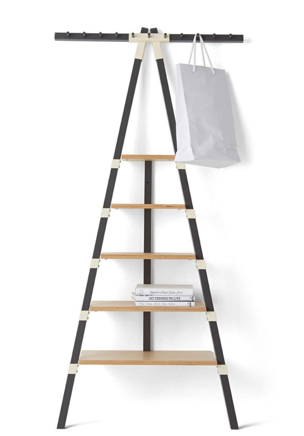 Här är en smart hylla som tar liten plats och som kan lutas mot väggen.