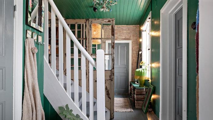 Hallen i entrén har en trappa som leder upp till andra våningen.