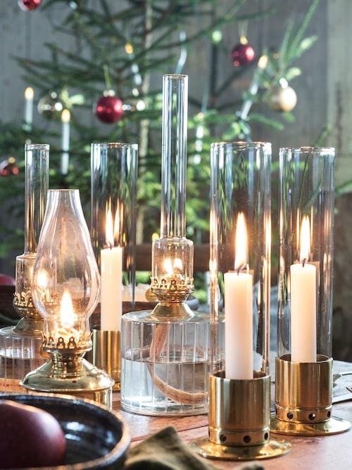 Skapa en stämningsfull dukning med levande ljus. Här har vi valt ljus som är omslutna av glas. Det skapar trivsel och man behöver inte vara rädd för att något ska fatta eld när man sträcker sig över bordet. Ljusstake i mässing, 525 kr, Kattvik Design. Fotogenlampor i triss, Haga Mässing 309 kr, Strömshaga. Stor glaslampa, 239 kr, Strömshaga. Liten lampa i glas och mässing, 189 kr, Strömshaga, Ängshem inrederi.