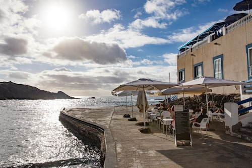 Restaurang Callaos parasoll i kustbyn El Cotillo.
