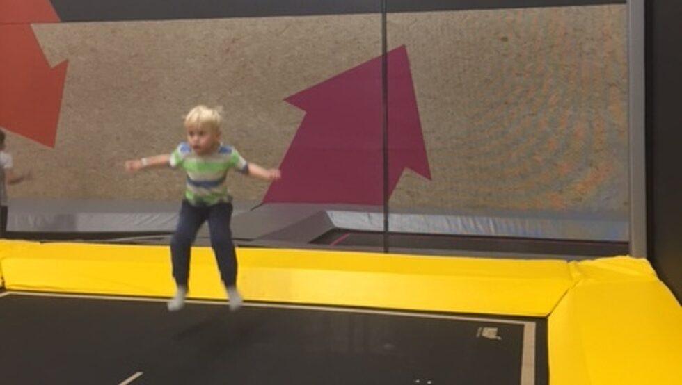 Barn under tio år måste ha vuxensällskap på studsmattorna, men den vuxna betalar bara om denne hoppar.
