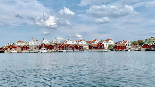 """Käringön, ordet """"käring"""" i öns namn betecknar ett slags sjömärke i form av ett litet stentorn eller röse med facklor som lyser upp det nattetid."""