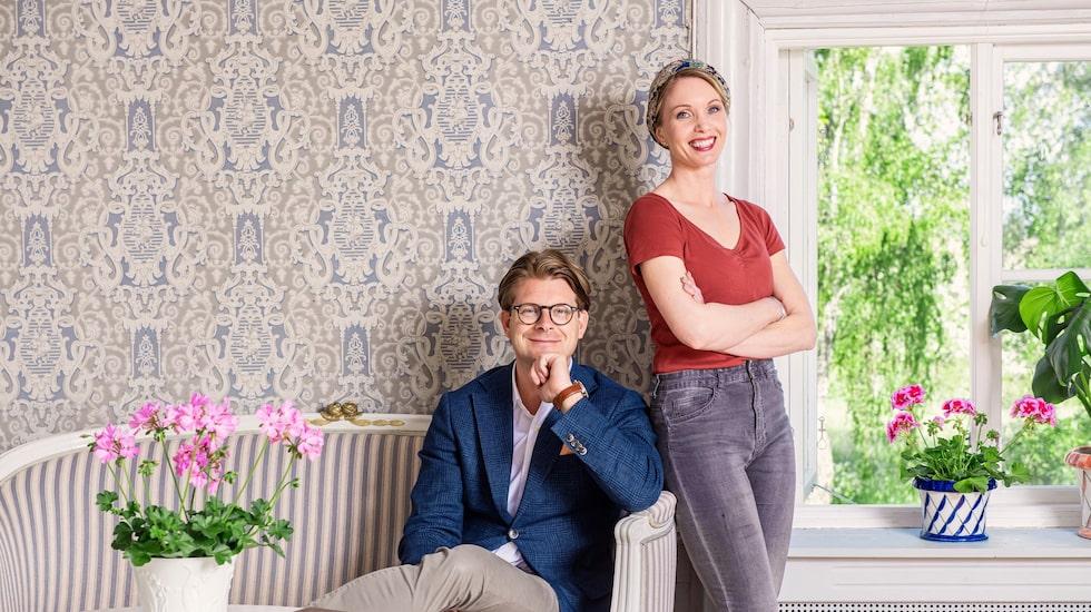 Det blev tittarstorm när SVT beslutade att lägga ner programmet – så pass att de valde att låta det fortsätta. Här är Rickard Thunér, programledare och antikexpert, och Erika Åberg.