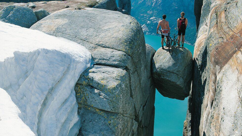 Lyse Fjord finns med på UNESCOS:s världsarvslista. Här ser man Kjeragbolten.