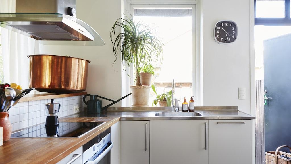 Från köket leder en dörr ut till trädgården. Det gör livet enklare när familjen äter middag utomhus under sommarhalvåret.
