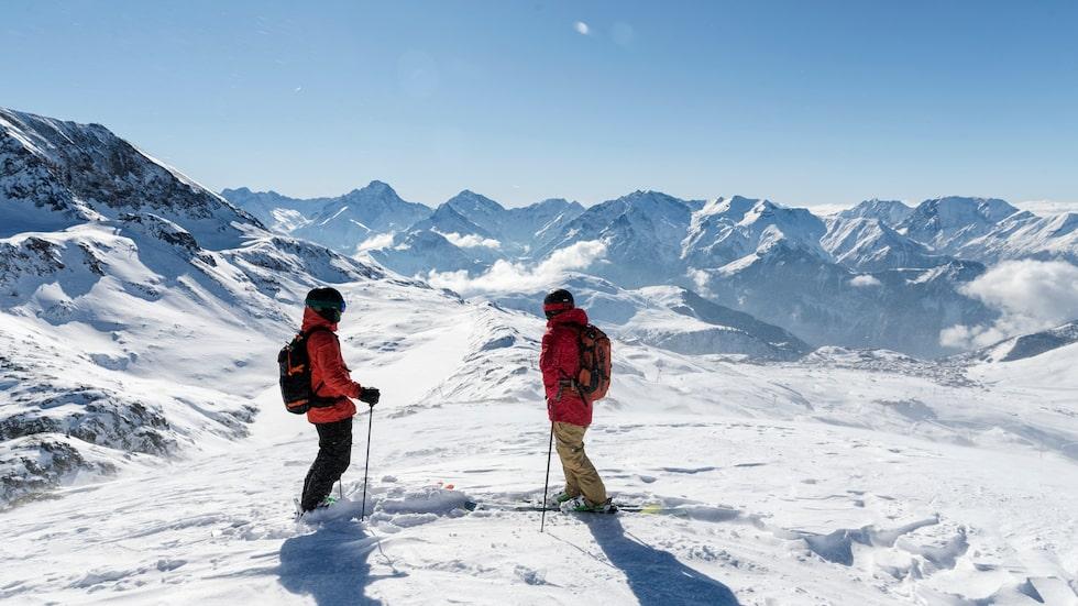 Skidåkning sker upp till 3 330 meter på toppen av Le Pic Blanc och glaciären De Sarenne.