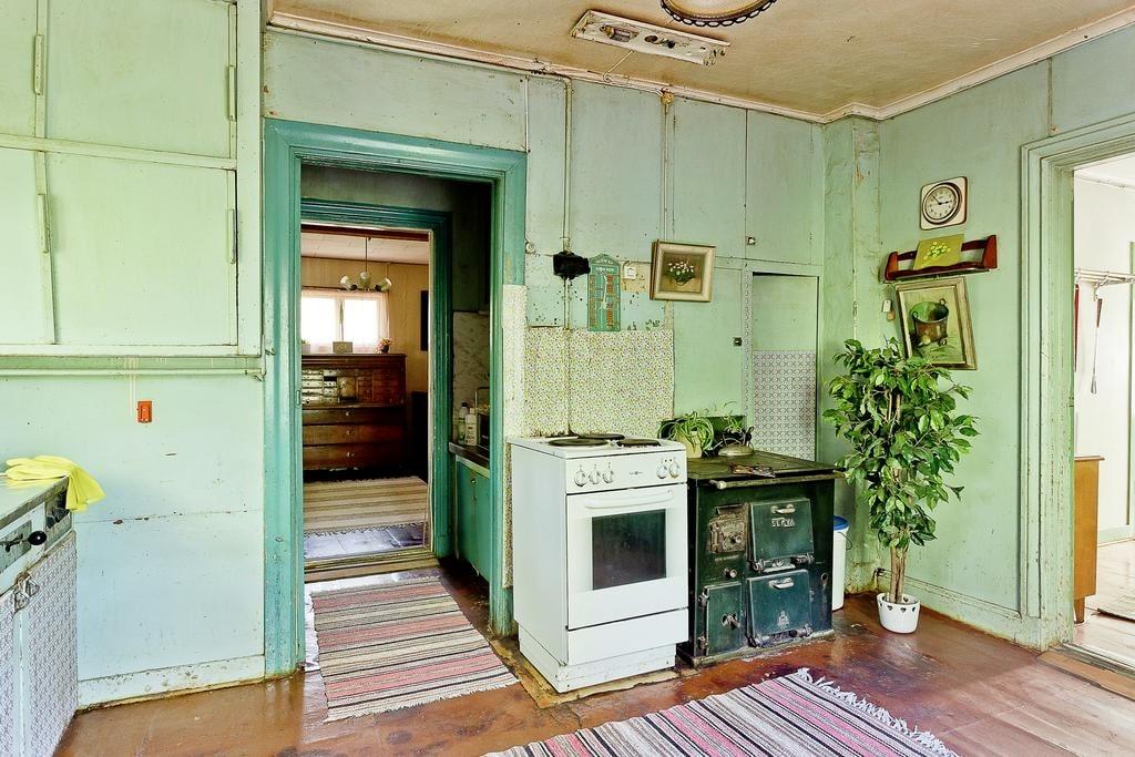 Köket är slitet och behöver en helrenovering.