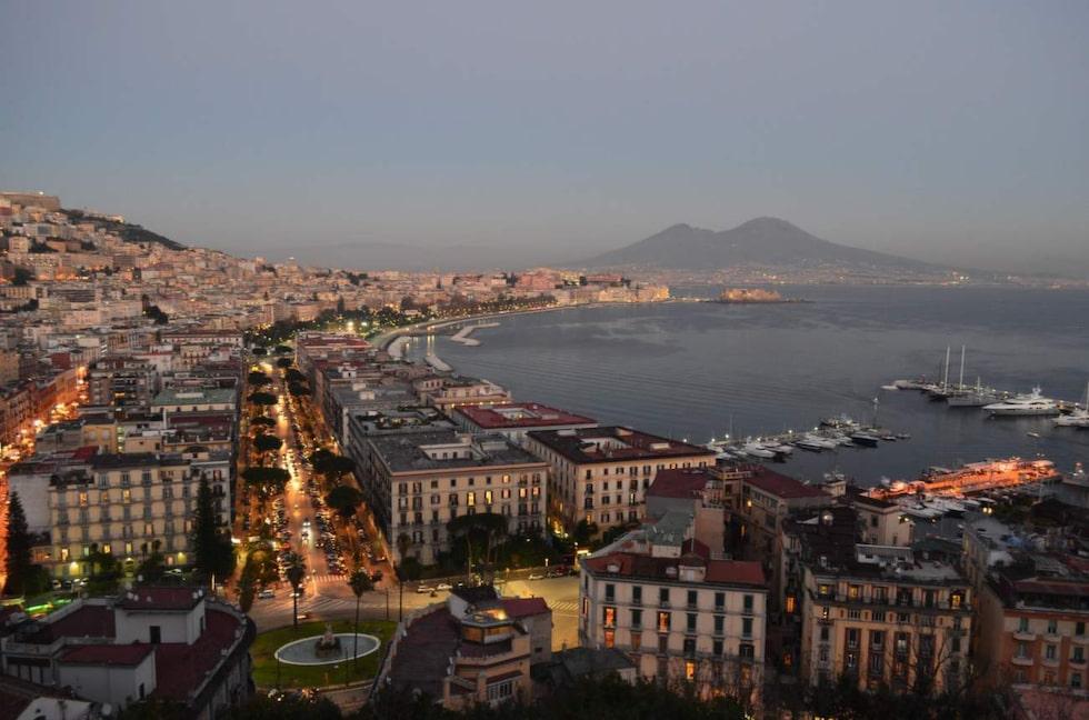 Njut av Neaples vackra bukt med Vesuvius i bakgrunden.