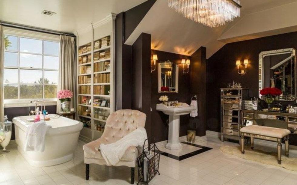 Det större sovrummet har ett extra vardagsrum, stora garderober, privat terrass och ett jättebad. Foto: toptenrealestatedeals.com