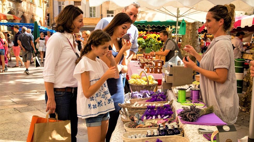 Lavendelprodukter på en marknad i Aix-en-Provence i Frankrike. Staden är bra för shopping.
