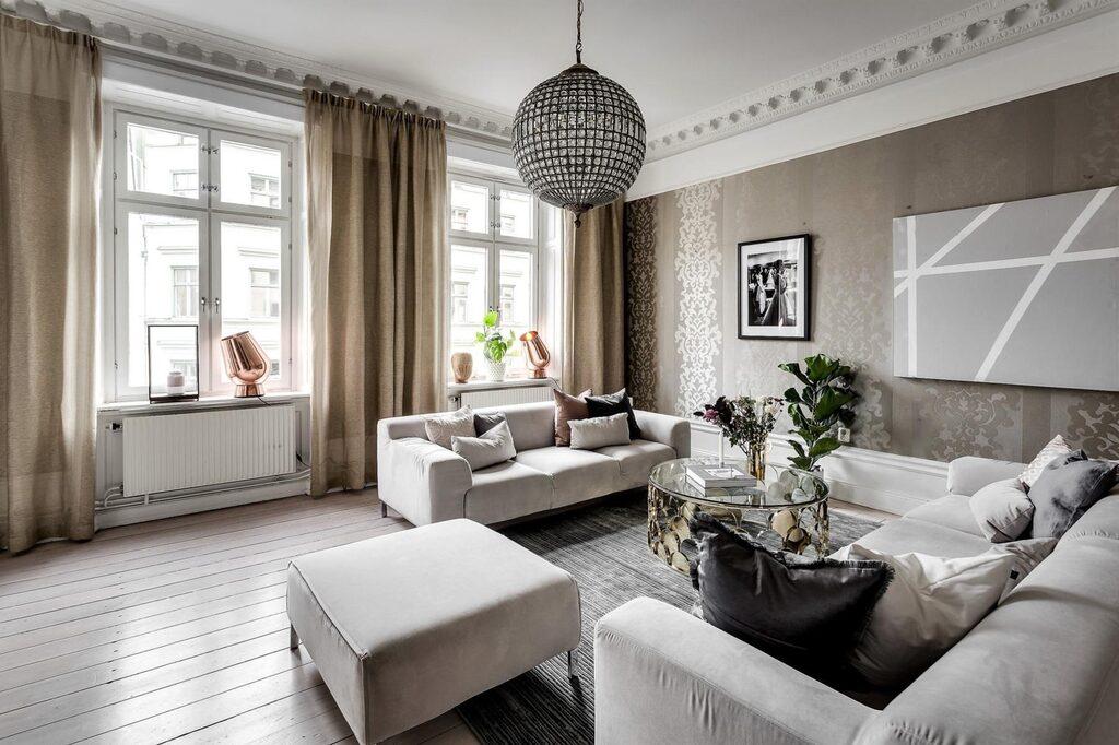Spatiösa och luftiga sällskapsytor med massiva brädgolv, väggar klädda i exklusiv textiltapet och två fönster med utsikt mot Rådmansgatan.
