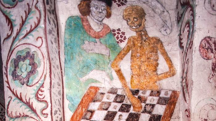 """""""Dödens schackspel"""" är en kalkmålning på väggen i en trappuppgång i Täby kyrka. Motivet av Albertus Pictor gav Ingmar Bergman inspirationen att inleda sin film """"Det sjunde inseglet"""" med en scen där Döden spelar schack."""