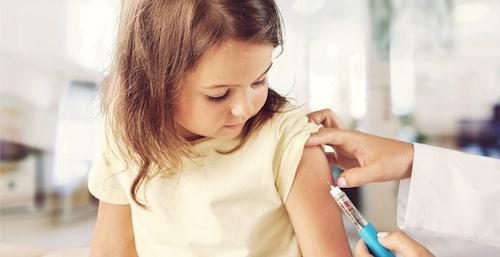 Även barn behöver resevaccin inför en utlandsresa. Din vaccinationsmottagning vet från vilken ålder det är okej att få olika vaccin.